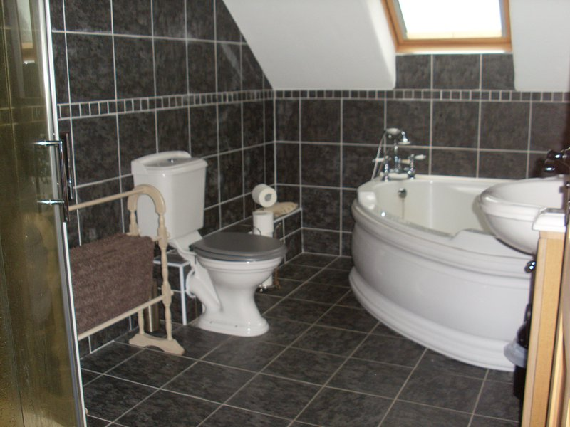 family bath room upstairs, with corner bath and corner shower ©Derryreel Cottage