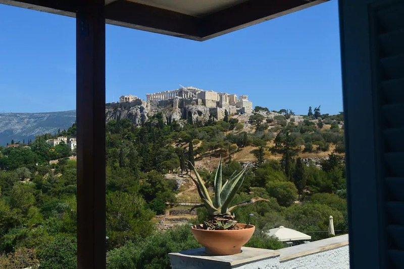 Una vista matutina de la Acrópolis desde la ventana frontal, tan cerca y tan perfecta que te deja sin aliento.