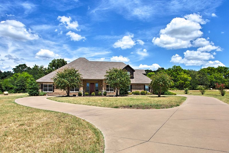 Large Stallion Lake Ranch Home w/ Patio on 4 Acres, holiday rental in Canton