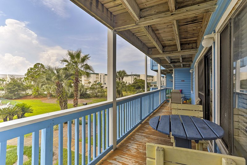 Your party of 6 will love spending relaxing mornings on the colorful balcony.