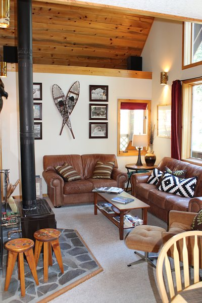 Détendez-vous dans notre salon confortable avec poêle à bois!