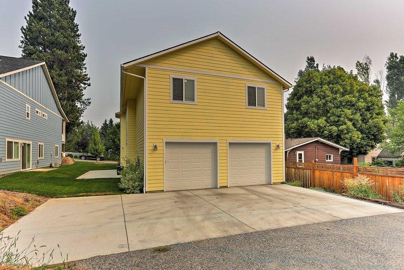 Garage und Einfahrt Parkplatz fügen Bequemlichkeit zu Ihrem Aufenthalt hinzu.