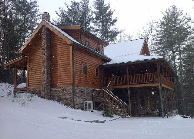 Pine Log Lodge -Log Cabin W/Babbling Creek, Hot Tub, Fire Pit & Pin Ball!, vacation rental in Laurel Springs