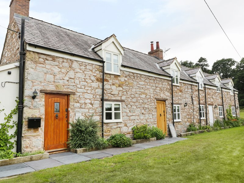 BRYN FARM COTTAGE, exposed beams, character, Mold, vacation rental in Bagillt