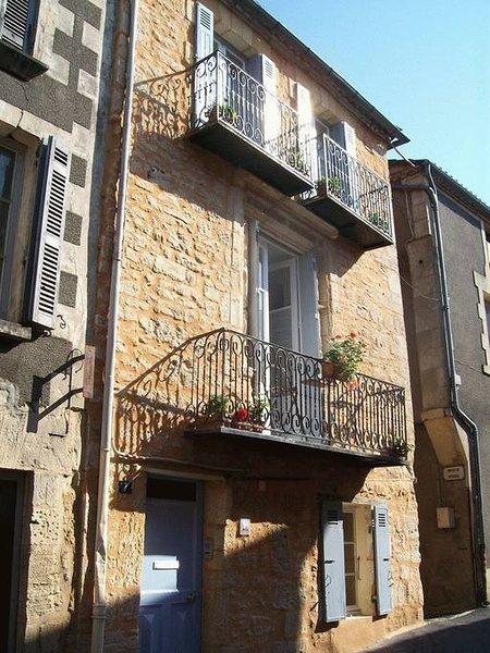 Fachada de la casa adosada El apartamento 1 está en el primer piso; apartamento 2 en el segundo.