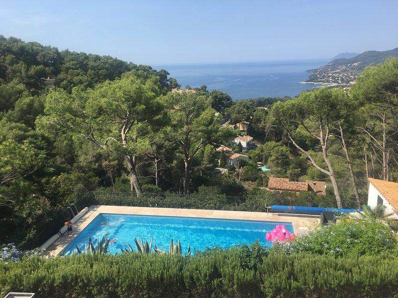 Villa de Vacances, rez de Jardin pour 1 à 6 personnes, vue mer, piscine, calme, holiday rental in Carqueiranne