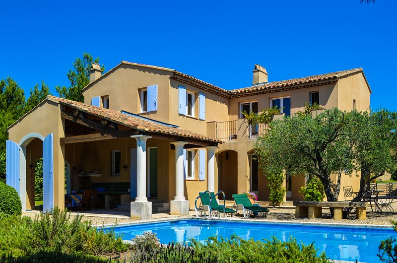 Sauveterre - Beautiful Provencal Villa Overlooking a Golf Course, holiday rental in Alleins