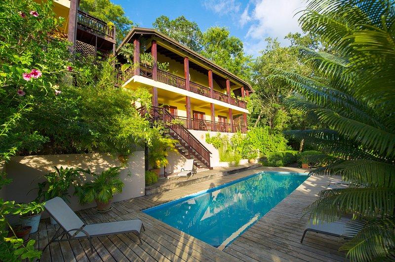 VILLA POMME D'AMOUR  1st Level of Main House a 3 minute walk to a secluded cove, location de vacances à Baie de Marigot