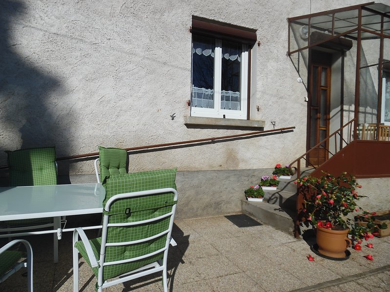 Gîte 2* AUVERGNE PESCHADOIRES THIERS sortie 29 autoroute A89   3 CH 6 PERS, vacation rental in Thiers City
