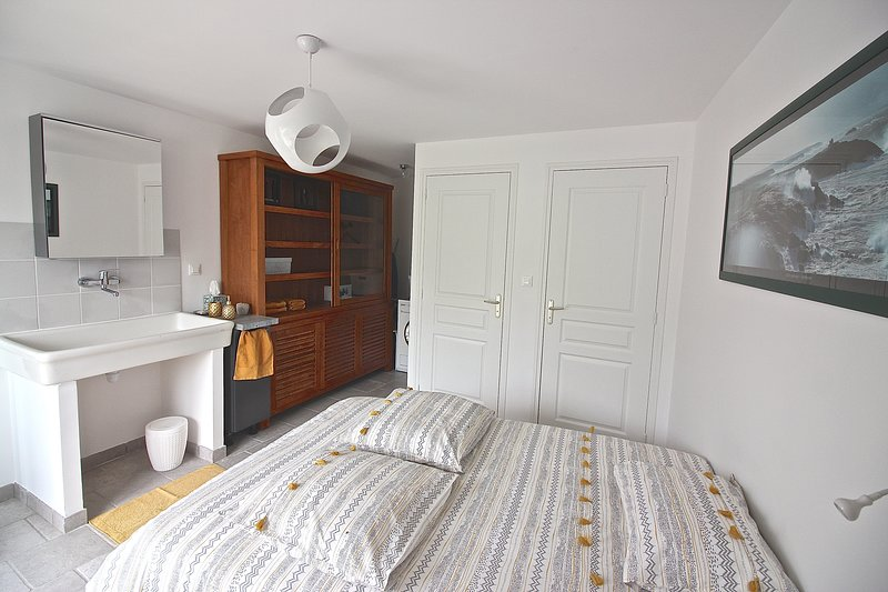 Charming room with wc and separate bathroom. Nice little price. Breakfast included;