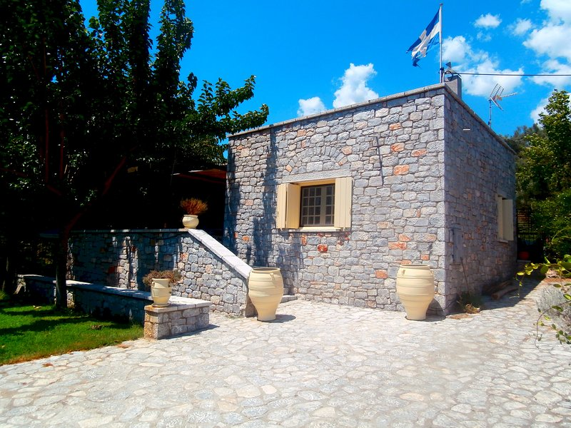 Villa Tzortzakos, Traditional Stone House, location de vacances à Omales