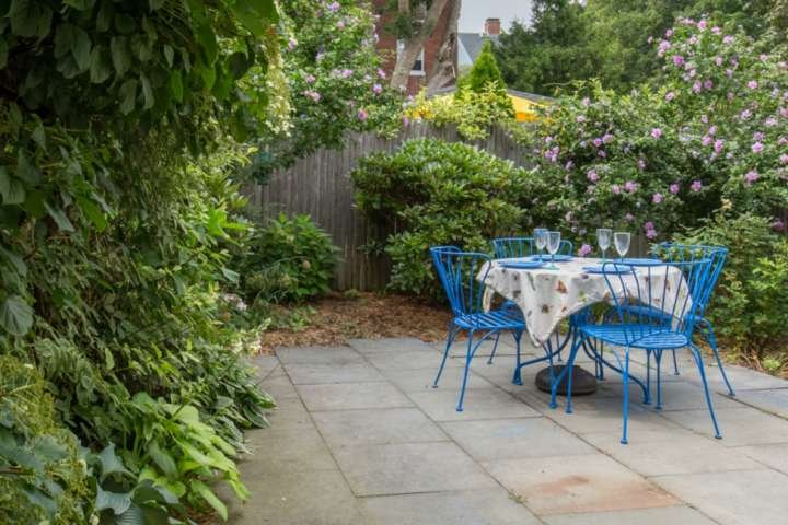 Savor Spring: private garden! Brackett Cottage: Fast WiFi, charming walk to shop, holiday rental in Marblehead