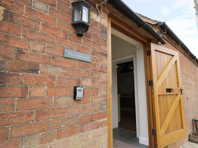 THE COMBINE SHED, open-plan, dog-friendly, in Bidford-on-Avon, holiday rental in Coughton