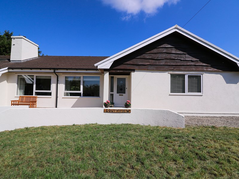 SOUTHVIEW, games room and hot tub, near Ffostrasol, holiday rental in Coed Y Bryn