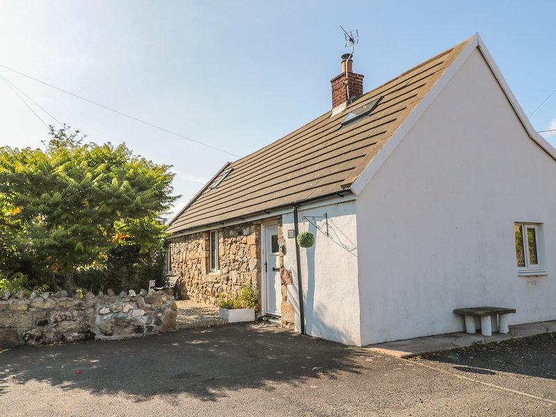 LINDISFARNE COTTAGE, hot tub, dog friendly, Lowick, vacation rental in Lowick