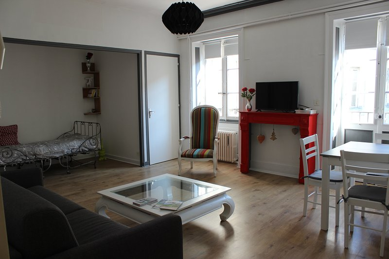 NOUVEAU appartement calme, rénové.centre ville historique 5 pers, location de vacances à Geruge
