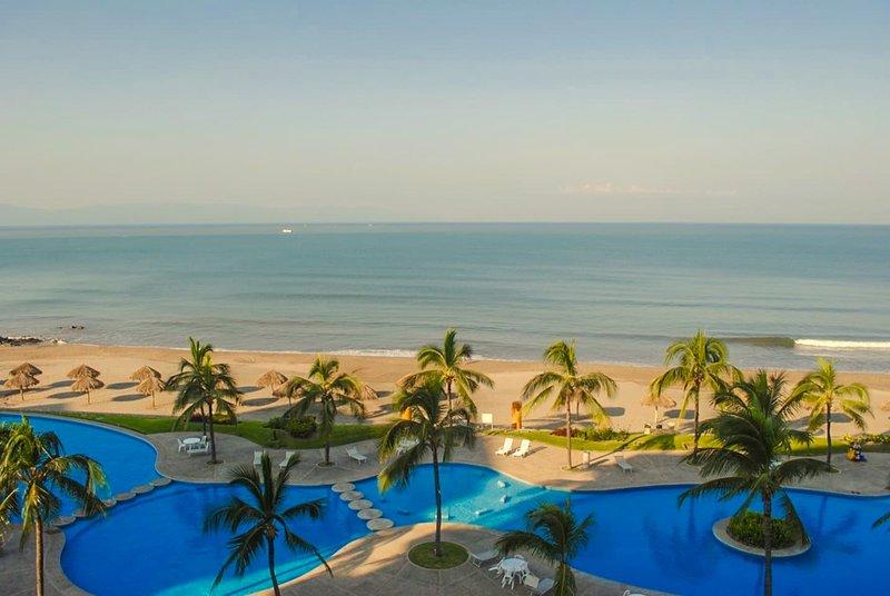 Dream Come True Beach Front Condo!, alquiler de vacaciones en Flamingos