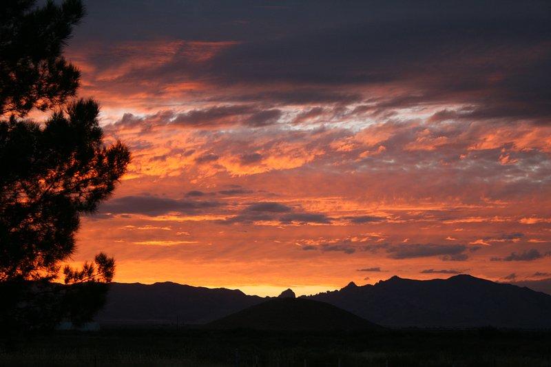 Hermosas vistas del desierto y la montaña desde Hummingbird Ranch para comenzar unas excelentes vacaciones!