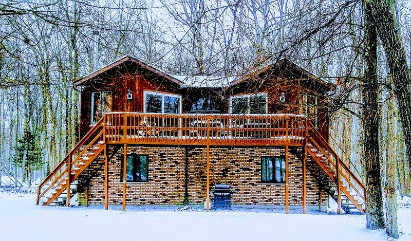Centrally located, pet friendly, cozy Pocono mountain cabin. Lake community!!