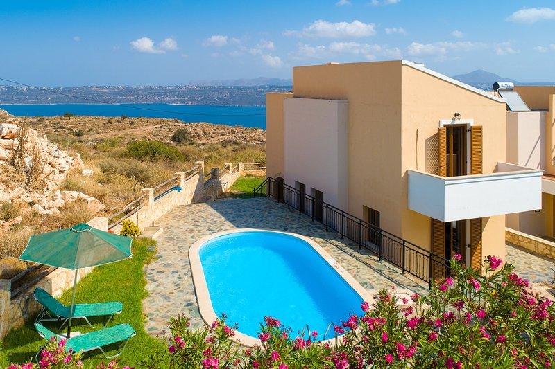 Hermosa villa con piscina privada, terraza y vistas al mar