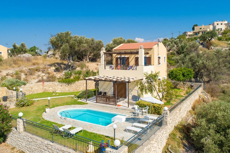 Villa Spiridoula: Large Private Pool, Sea Views, A/C, WiFi, vacation rental in Giannoudion