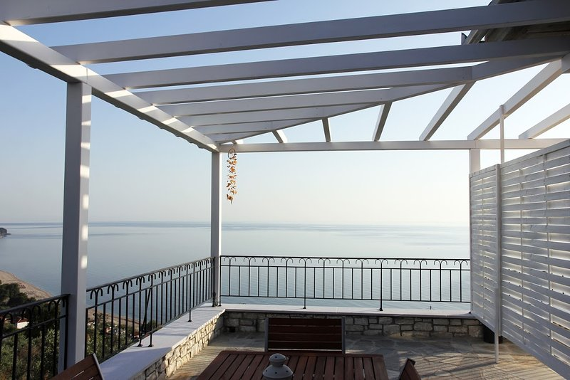 Moses Villa: Oak 1 bedroom apartment with terrace and amazing ocean view, vacation rental in Chorefto