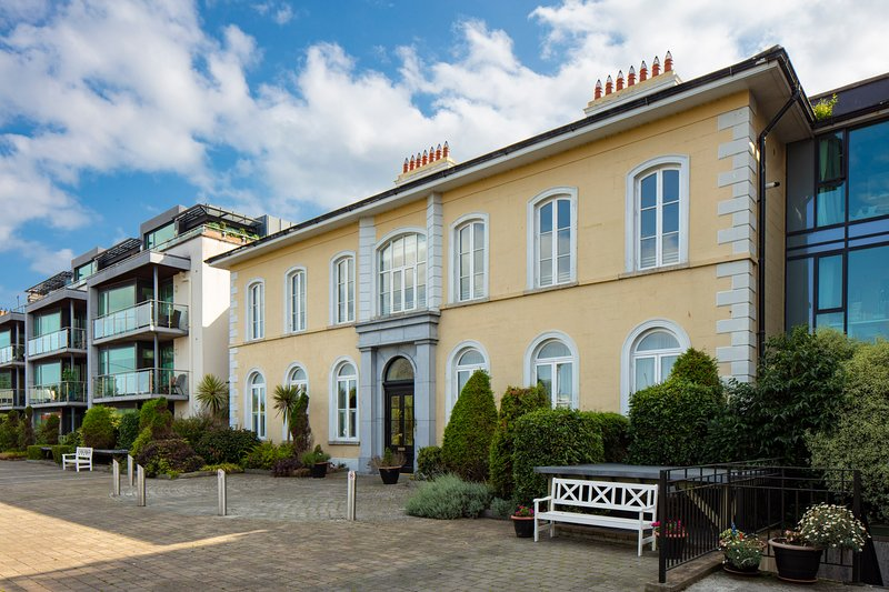 Perfect location, Elegant apartment with a  luxury interior, vacation rental in Howth