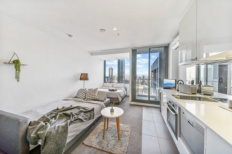 Un interior moderno, espacioso y minimalista.