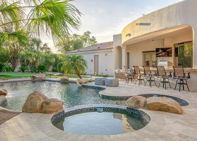 Sprawling Luxury Estate w/ Waterfall Pool, Spa, Putting Green & Bocce Ball, vacation rental in Paradise Valley