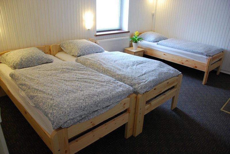 Möbliertes 1-Zimmer Appartement mit 3-Einzelbetten, zentrale Lage in Düsseldorf, holiday rental in Düsseldorf