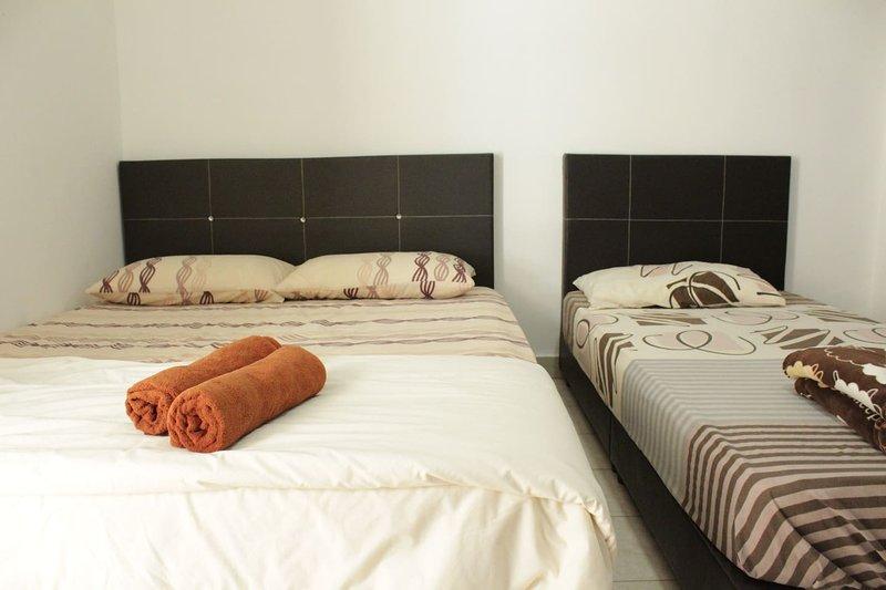 DesaTebrau-NewStar-Comfort Triple Room, holiday rental in Taman Molek