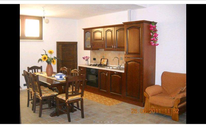 Bellissima, grandissima e freschissima casa in paese vicinissima al mare, vacation rental in Montesardo