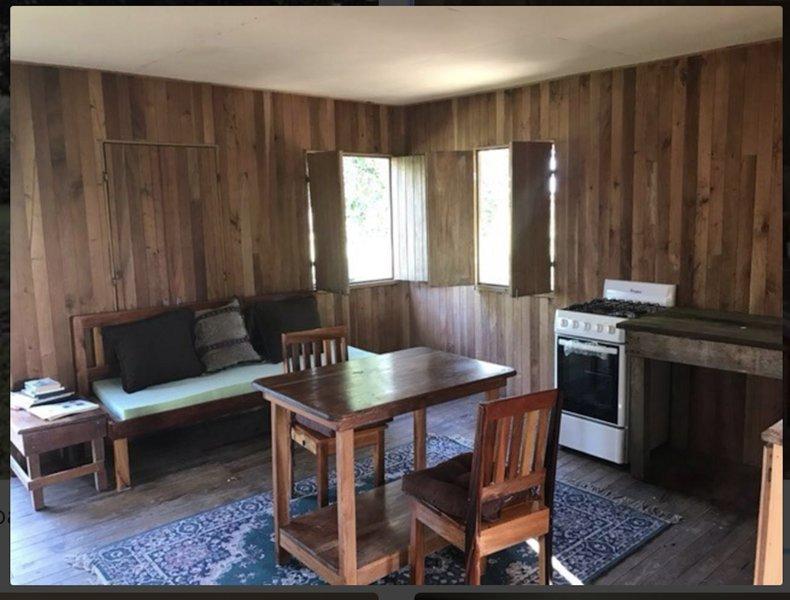 De la cuisine à l'entrée du porche (à gauche de la photo)