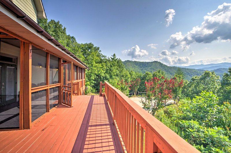 Splendide viste Smoky Mountain incorniciano questa casa vacanza a Bryson City.