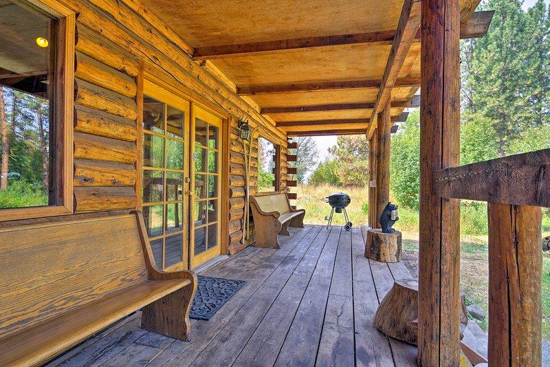 Cette maison rustique dispose d'un long porche couvert avec des bancs personnalisés.