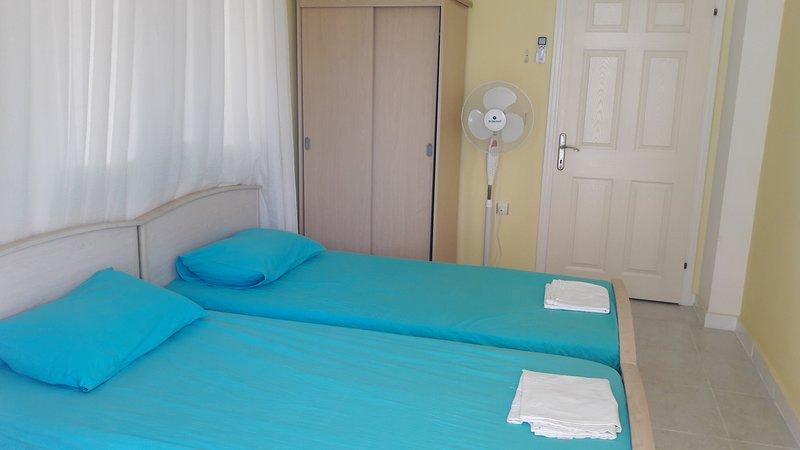Chambre à deux lits avec balcon privé.