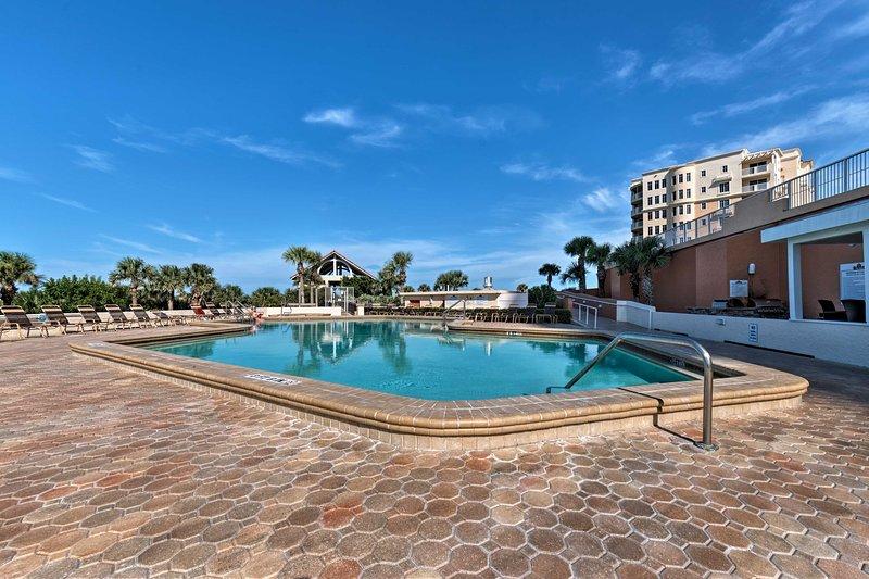 Esta encantadora unidad concede acceso a las comodidades del complejo, incluida esta lujosa piscina.