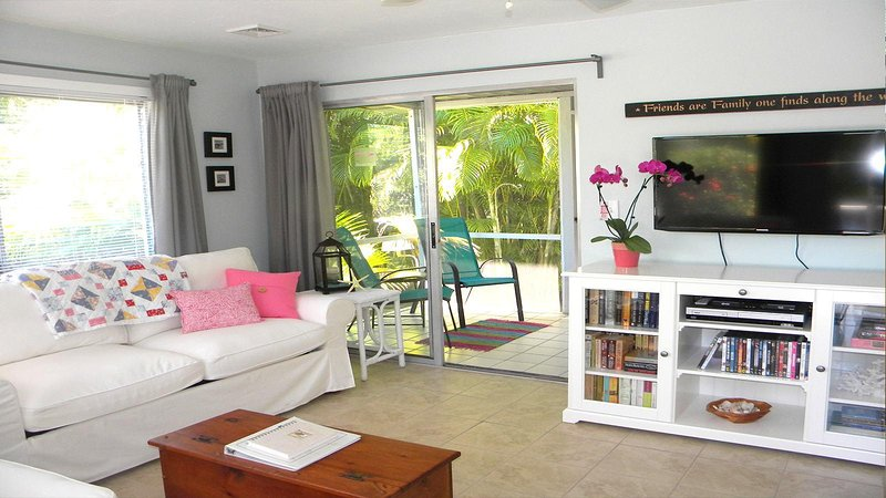 Duggers Tropical Village #6  Cozy Beach Cottage Steps to the Beach, holiday rental in Sanibel Island