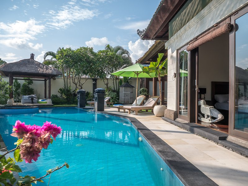 4 BDR Private Pool Villa in Berawa, Free Finn's VIP Entry, Nitras Bali Villa, location de vacances à Canggu