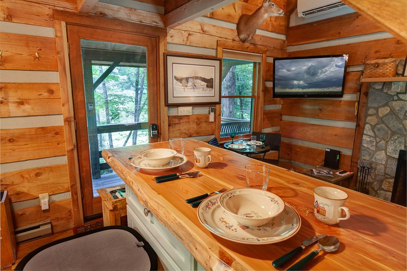 Hermoso comedor de madera Live Edge en Little Timber Creek Cabin