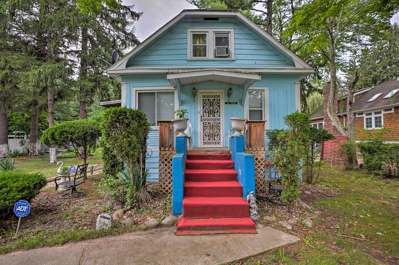 Charming Vintage Union Pier Home - Walk to Beach!, holiday rental in Union Pier