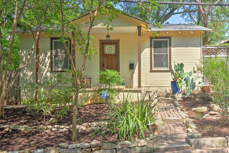 Boka din Austin flykt till denna 2-bädd, 1-bad semesterbostad hem nära SoCo!