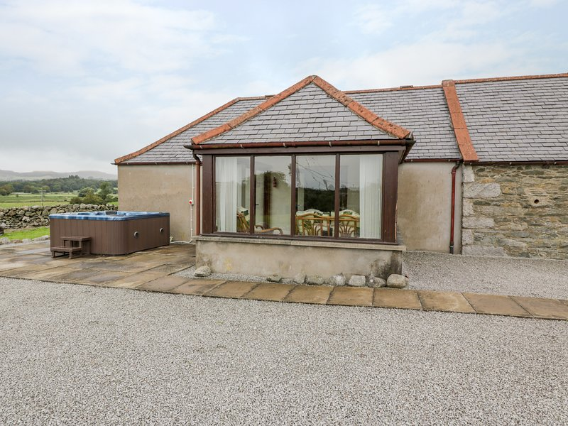 THE MIDDLE BYRE, enclosed patio, in Gatehouse of Fleet, holiday rental in Gatehouse of Fleet