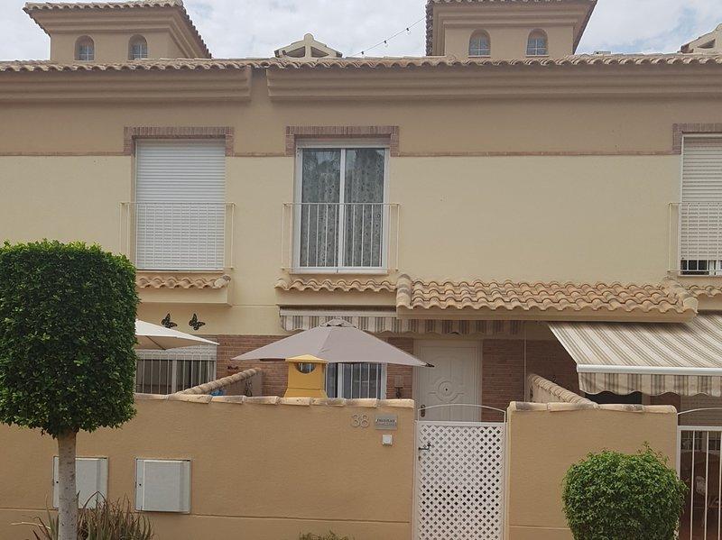 PAUL'S PLACE - Albatros - 3 bedroom TownHouse poolside with air con/heat & wifi, casa vacanza a El Carmoli