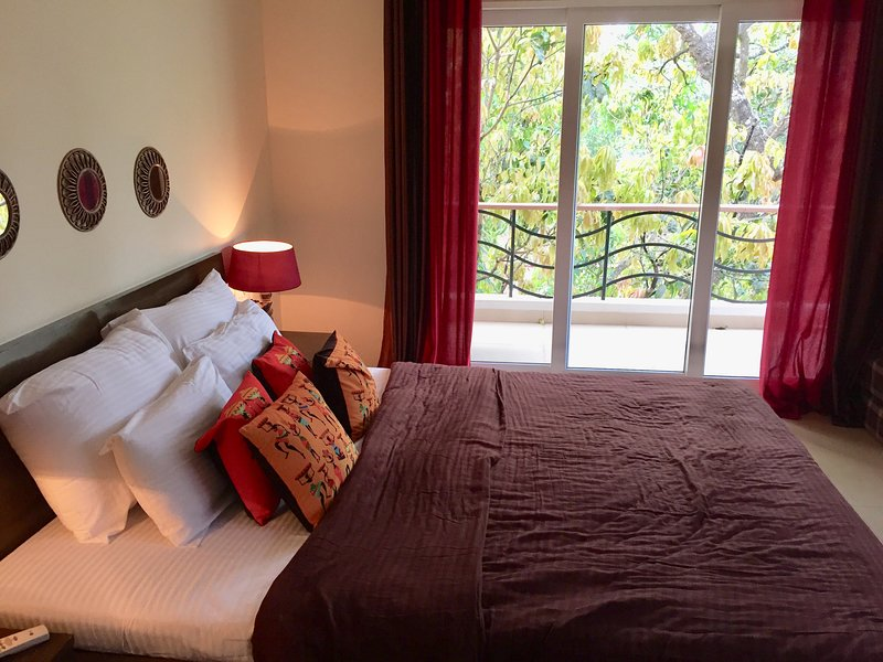 Beach road Vagator. Modern apartment near Thalassa, holiday rental in Vagator