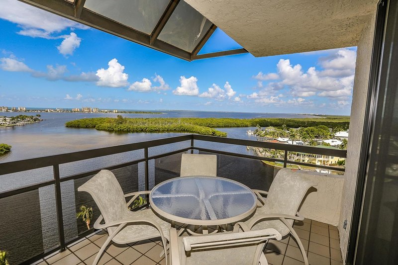 2 bedroom, 2 bath top floor condo with incredible panoramic views, holiday rental in Fort Myers Beach