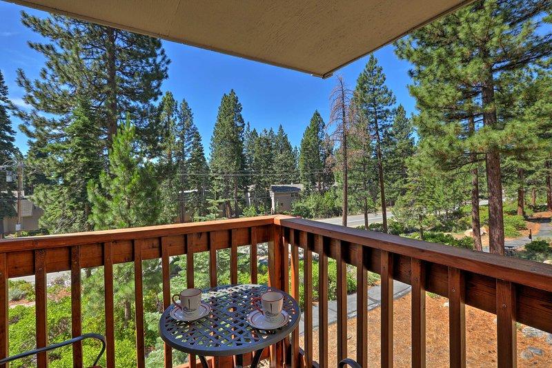 El condominio de vacaciones de 2 dormitorios y 2 baños tiene un balcón privado.
