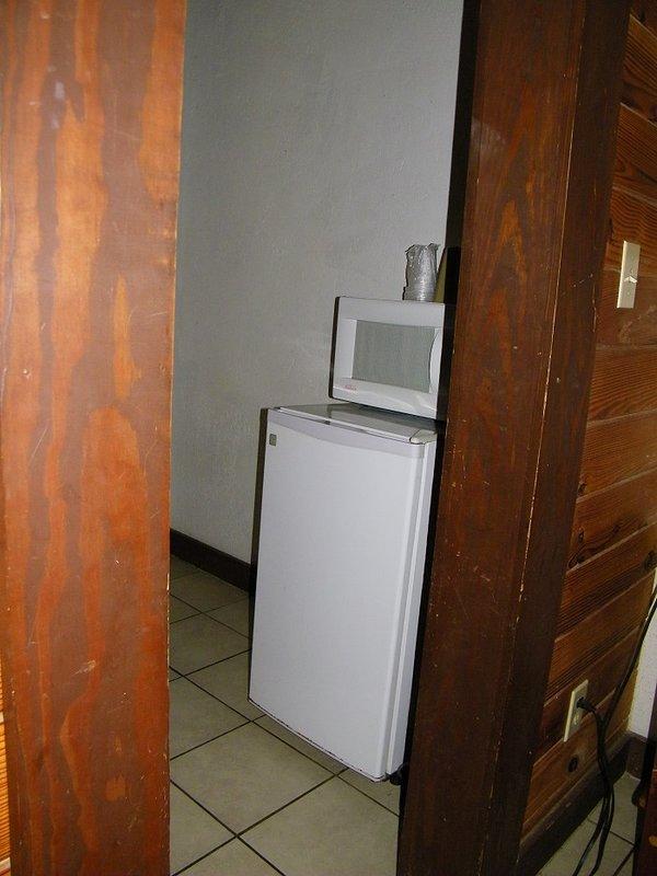 Mini frigo, micro-ondes, cafetière