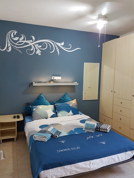 Dormitorio elegante y confortable.