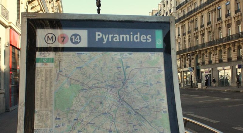 Pyramides Metro: only 7 minutes away! (610yd by foot)